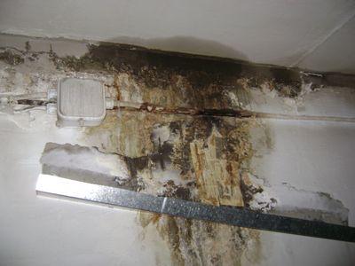 По стене бежит вода - водоотводной лоток - это не выход